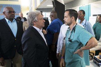 यूएन प्रमुख ने राजधानी नसाऊ में प्रभावितों की देखभाल में जुटी टीम से मुलाक़ात की.