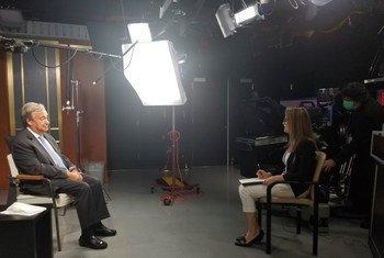 May Yaacoub, da ONU News, entrevista o secretário-geral da ONU, António Guterres, em Nova Iorque.