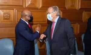 El Secretario General António Guterres (derecha) en un encuentro con Abdulla Shahid, Presidente electo de la Septuagésima Sexta Sesión de la Asamblea General de las Naciones Unidas.