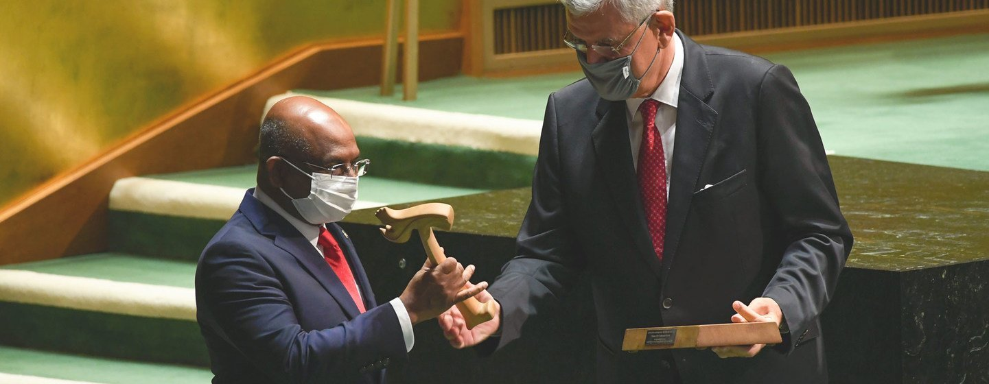 Presidente da 75ª sessão da Assembleia Geral, Volkan Bozkir (à direita), entrega o martelo ao presidente da 76ª sessão, Abdulla Shahid