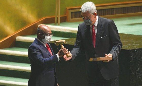 联合国大会第75届会议主席博兹克尔(右)将会槌交给第76届会议主席沙希德。