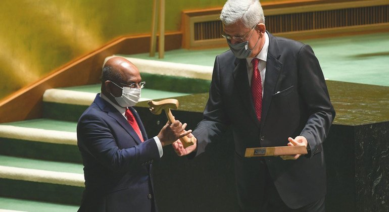 Председатель 75-й сессии Генассамблеи ООН Волкан Бозкыр передает молоток председателя Абдулле Шахиду, Председателю 76-й сессии Генассамблеи ООН.