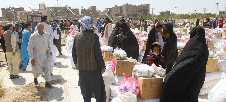 Distribuição de comida em Herat, no Afeganistão.