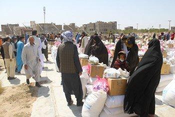 Сотрудники ВПП распределяют продовольственную помощь в Герате, Афганистан. Август 2021 года.