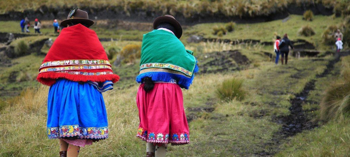 Dos mujeres indígenas caminando en Ecuador.