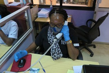 """""""Baadhi ya simu zinavunja moyo,"""" asema mwanamke ambaye anafanya kazi katika kituo cha kusaidia wanaume na wanawake waliopitia ukatili wa kijinsia."""