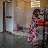 Une jeune fille se lave les mains dans les toilettes d'une communauté de femmes à Mumbai, en Inde.