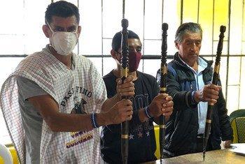 Miembros de un Consejo indígena en Colombia simbolizan su autoridad en la comunidad y su papel en el proceso de reconciliación del Proceso de Paz.