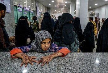 也门马里布最近流离失所的人们在等待接受紧急援助。