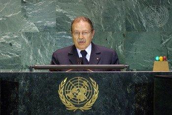 من الأرشيف: الرئيس الجزائري مخاطبا مداولات الدورة التاسعة والخمسين للجمعية العامة للامم المتحدة.
