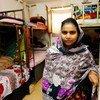Trabajadora migrante de la industria del vestido en el dormitorio de una fábrica en Jordania que comparte con siete compañeras.