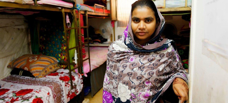 Une migrante du Bangladesh travaillant dans la confectiion partage une chambre avec sept autres collègues dans le dortoir d'une usine en Jordanie.