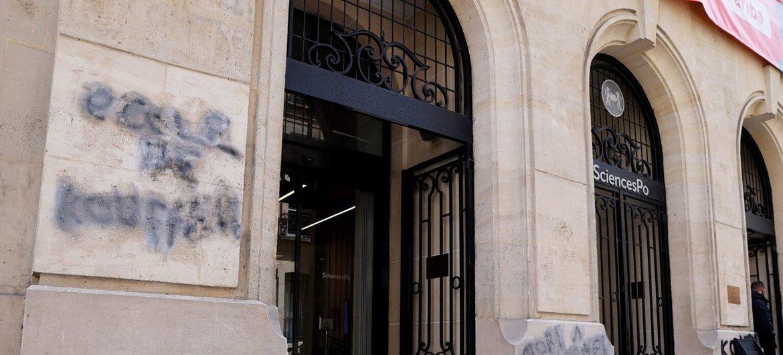 المدخل الرئيسي لأحد المباني في باريس وعليه شعارات معادية للسامية في 12 نيسان/أبريل. وقد استنكر تحالف الحضارات مثل هذه العلامات.