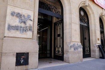 L'entrée principale de Sciences Po Paris recouverte de tags antisémites le 12 avril. L'Alliance des civilisations des Nations Unies (UNAOC) a condamné ces inscriptions.