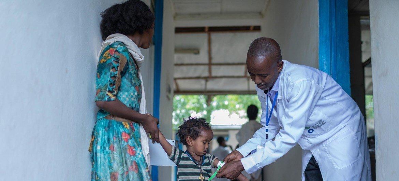 Après examen, le médecin a fourni à Zinabu des médicaments, du sel de réhydratation et a consulté la mère sur la manière de gérer l'hygiène des enfants.