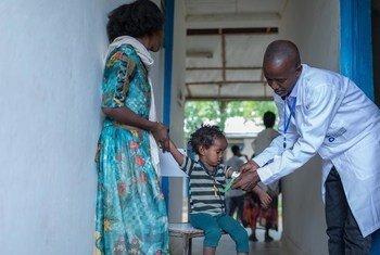 Daktari akimfanyia uchuguzi mtoto Zinabu na kumpatia matibabu na kumuelimisha mama yake jinsi ya kuhakikisha binti yake anakuwa na afya njema