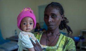27岁的耶希亚勒姆·格布雷格齐阿布勒抱着6个月大的女儿卡尔基丹·叶曼,她因营养不良在埃塞俄比亚北部提格雷地区的阿比阿迪保健中心接受治疗。