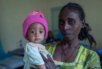 Yeshialem, 27 ans, tient sa fille de 6 mois qui souffre de malnutrition au centre de santé d'Aby Adi, dans la région du Tigré, dans le nord de l'Éthiopie.
