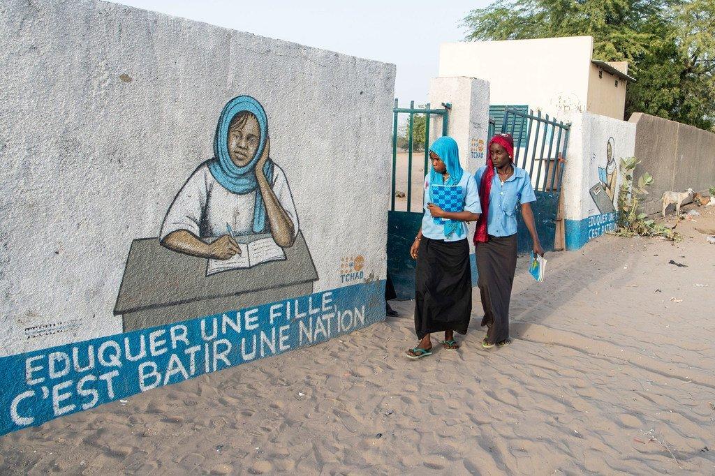 فتيات عائدات إلى منازلهن من المدرسة في مدينة بول في تشاد.