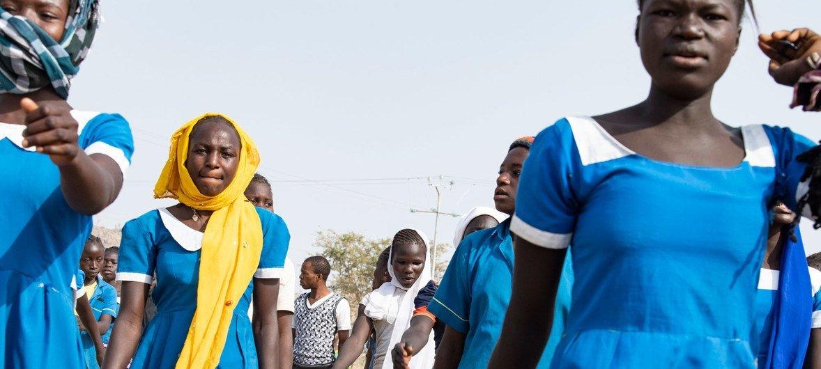Adolescentes salen de la escuela en Bol, Chad.