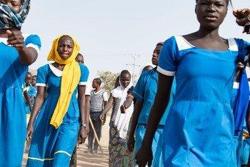 Dans la ville de Bol, au Tchad, de jeunes femmes quittent l'école à la fin de leurs cours.