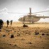 Des Casques bleus retournent à leur hélicoptère après une mission dans le village de Sobane Da, dans la région de Mopti, au Mali.