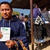 Un travailleur du bâtiment népalais reçoit un visa de travail pour l'Arabie saoudite dans un centre de ressources sur les migrations.