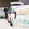 Trabajadores de salud en un hospital de Nueva York trasladan a un paciente muerto a causa del COVID-19.