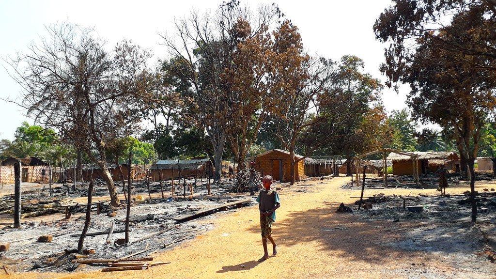 Après des affrontements armés, un enfant marche au milieu de ruines calcinées à Alindao, en République centrafricaine.