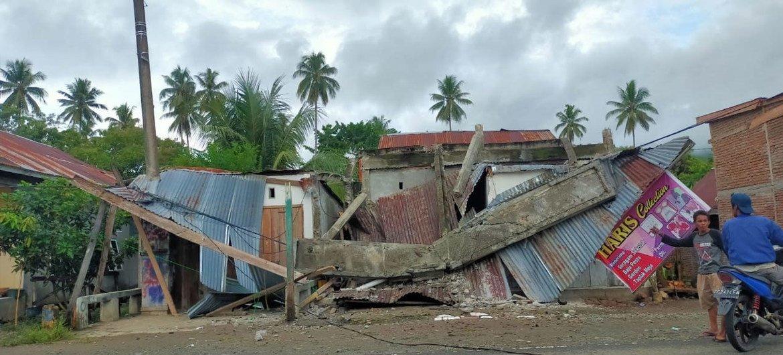 Casas derrumbadas tras el terremoto que tuvo lugar hoy en la provincia de Célebes Occidental, en Indonesia.