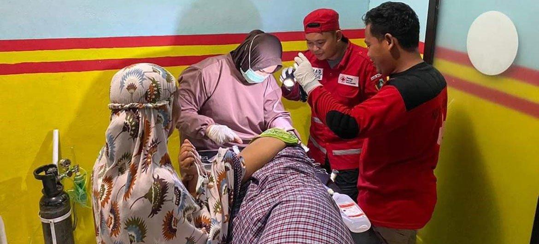 Una persona que quedó atrapada en el terremoto de magnitud 6,2  en Indonesia recibiendo tratamiento médico.