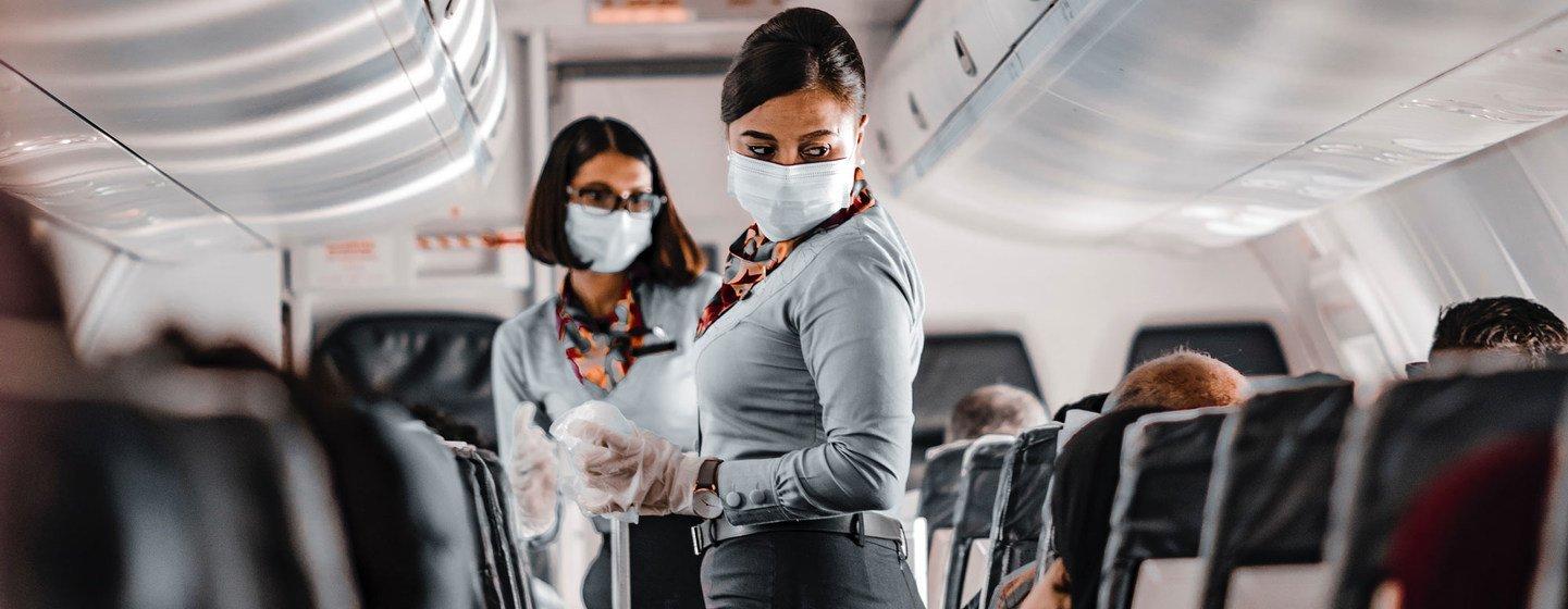 Azafatas en un avión durante la pandemia de COVID-19.
