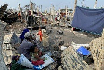 عائلة لاجئة من الروهينجا وسط أنقاض مأواها الذي دمر خلال حريق بمخيم نايابارا للاجئين في جنوب بنغلاديش.
