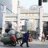 Un vendedor en la entrada de Han Zheng Jie, una zona peatonal de Wuhan, China, en enero de 2021.