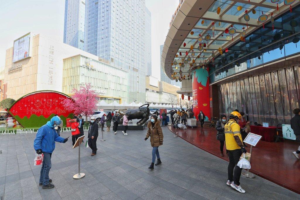 1月15日,武汉市,汉正街品牌服饰批发广场,市民扫码有序入场。