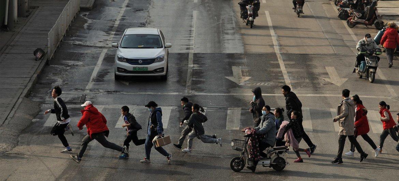 Peatones en las calles de Wuhán, China, en enero de 2021.