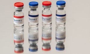 """联合国秘书长古特雷斯强调,新冠疫苗公平获取是摆在全球面前的最大道德考验。图为俄罗斯所研发的""""卫星V""""新冠疫苗。"""