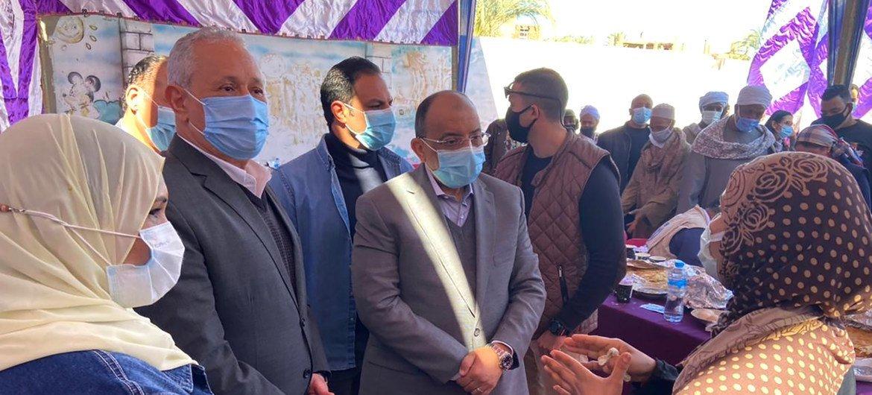 السيد منجستاب هايلي مدير مكتب برنامج الأغذية العالمي بالقاهرة واللواء محمود شعراوي وزير التنمية المحلية يجتمعان بالمستفيدات من المشروع.