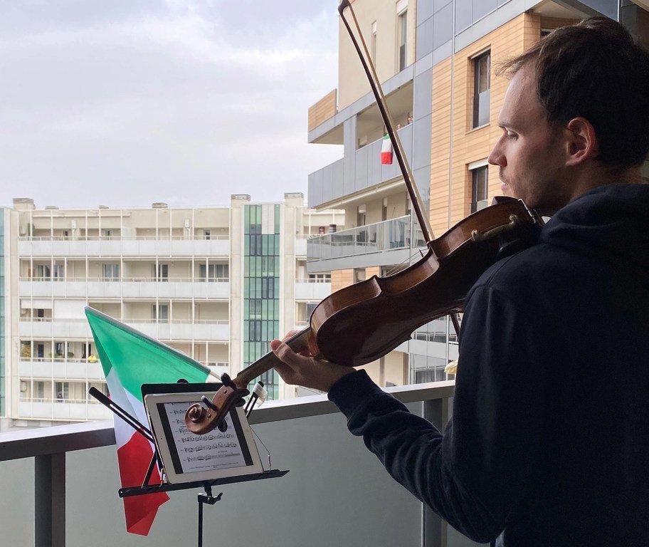 Aldo Sebastián Cicchini, violoniste de l'orchestre de la RAI, joue sur un balcon à Milan, en Italie, pendant le Covid-19.