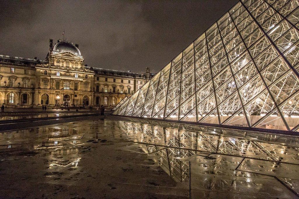Le musée du Louvre à Paris, en France, est un monument historique qui abrite des œuvres d'art du monde entier, dont la Joconde, le plus célèbre chef-d'œuvre de Léonard de Vinci.