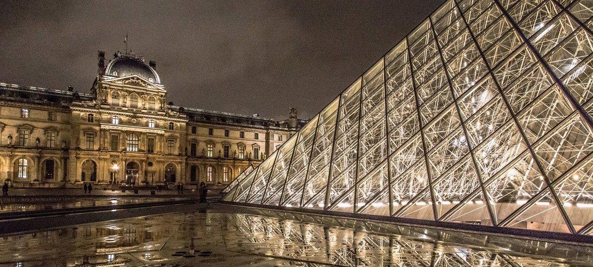 Photo : ONU/Le musée du Louvre à Paris, en France