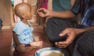 Un enfant reçoit de la nourriture à Ukhiya, dans le camp de Cox's Bazar, au Bangladesh. Le Covid-19 risque de saper les efforts de réduction de la faim.