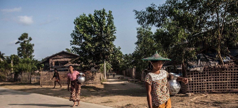 2016年4月,缅甸若开邦貌夺的女性前往公共水井汲水。(资料图片)