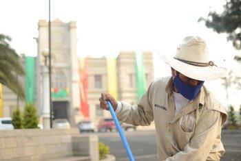 Un barrendero limpia las calles del Palacion Maya en la ciudad de San Marcos en Guatemala.