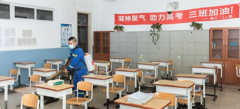 4月24日,志愿者正在北京的一所高中进行消杀工作。北京的高三学生于4月27日复课。