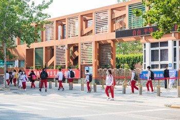 4月27日,北京高三年级复课第一天,学生在放学后走出校门。