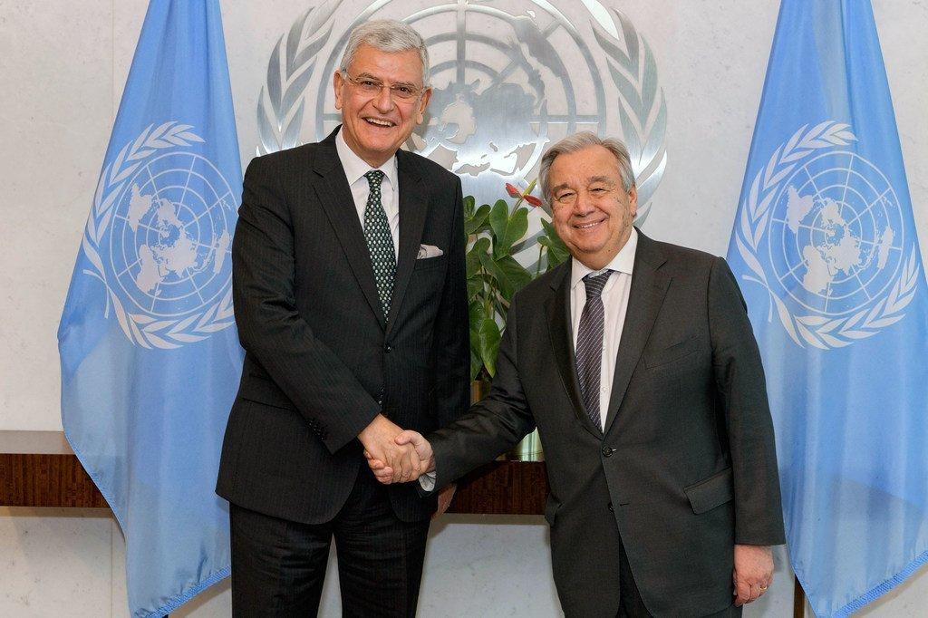 2020年1月,将在9月上任的第75届联合国大会轮值主席国土耳其大使沃尔坎·博兹克尔(左)会见联合国秘书长安东尼奥·古特雷斯。