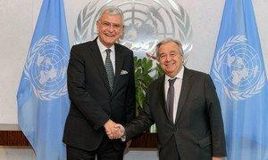 السفير فولكان بوزكير (يسار) من تركيا، المرشح لرئاسة الدورة 75 للجمعية العامة للأمم المتحدة، يلتقي بالأمين العام أنطونيو غوتيريش في كانون الثاني/يناير 2020.