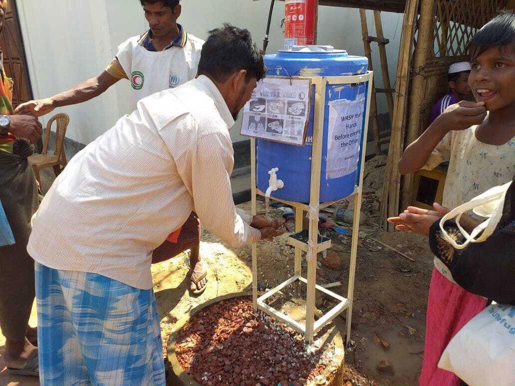 Des réfugiés rohingya utilisent une station de lavage des mains, installée pour aider à lutter contre la propagation de la Covid-19 dans un camp de Cox's Bazar, au Bangladesh.