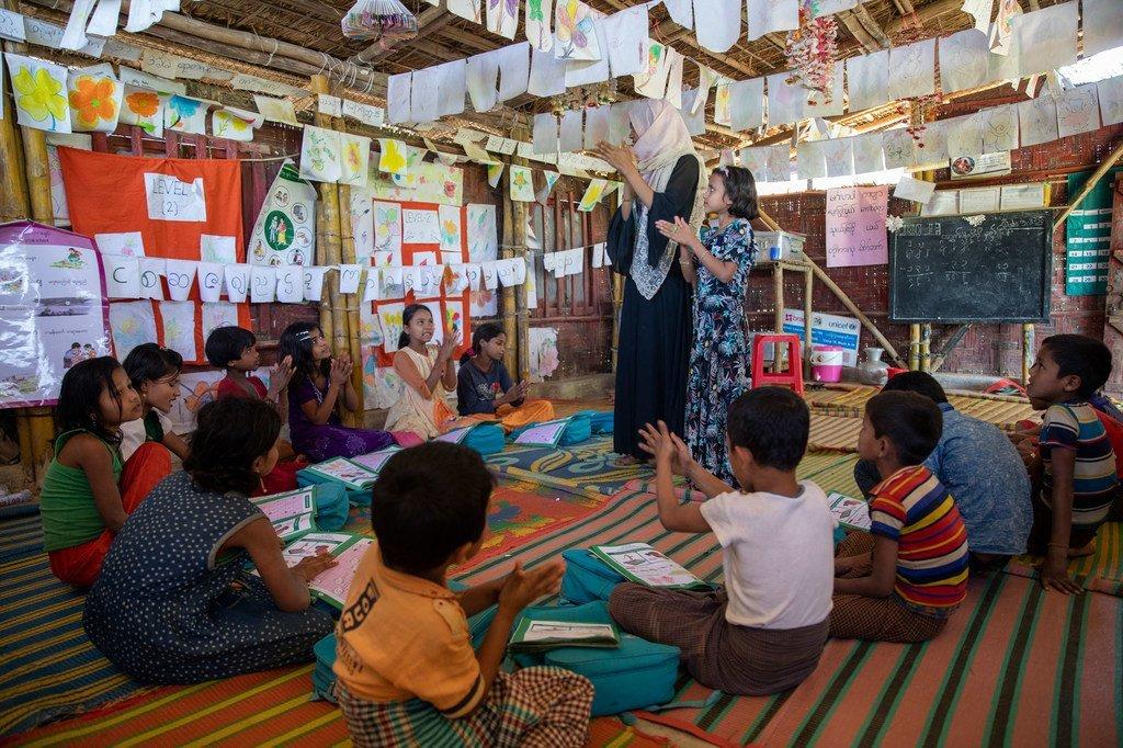 Watoto katika kituo kinachofadhiliwa na UNICEF katika kambi ya wakimbizi wa Rohingya, Cox's Bazar, Bangladesh wakijifunza jinsi ya kunawa vizuri  mikono